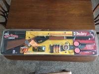 Пневматическая винтовка  DAISY Red Ryder 1,5Дж (в комплект входят очки, мишени и пульки)
